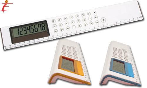 Righello bianco con calcolatrice